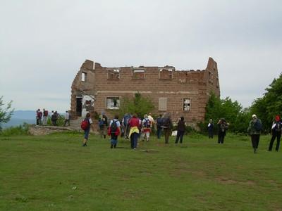 Ostaci nekadašnjeg planinarskog doma na Žeželju