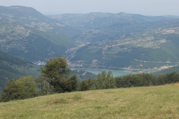Поглед на долину Ибра и село Рибариће и место где се ибар улива у вештачко језеро Газиводе. (Фото: Жарко Продановић)