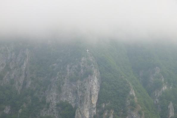 Крст на стени изнад манастира