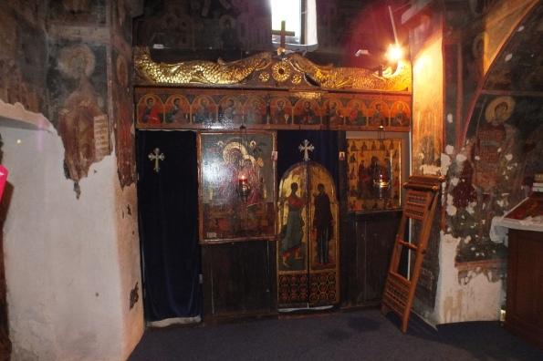 Иконосстас цркве у пећини манастира Црна Река