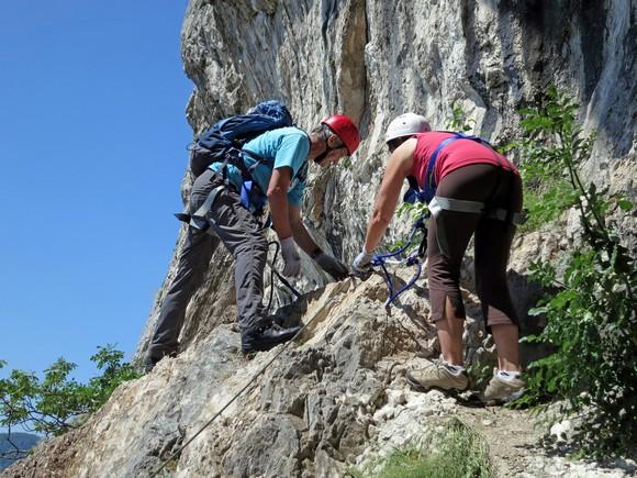 I eto nas na vrhu ....  Sada kraći silazak niz sajlu do platoa ispred pećine.
