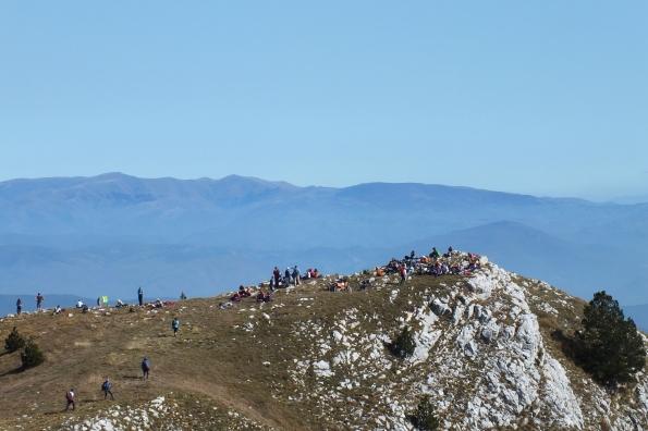 Планинари на Бериму (1731 мнв). На хоризонту Копаоник са Панчићевим врхом (2017 мнв)