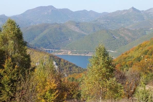 Спуст низ Орашак. Поглед на језеро Газиводе, Црни врх (1479 мнв) и Бубски шиљак (1282 мнв) на Рогозни