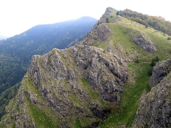 Мијатовића јаз овде прелази са једне на другу страну гребена планине