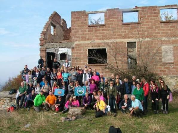 Планинари испред изгорелог планинарског дома на врху Жежеља